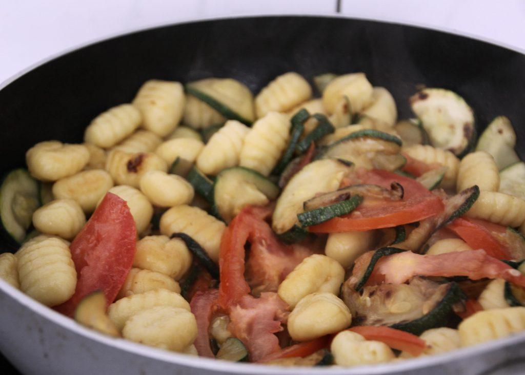 Gnocchipfanne mit Zucchini und Tomate
